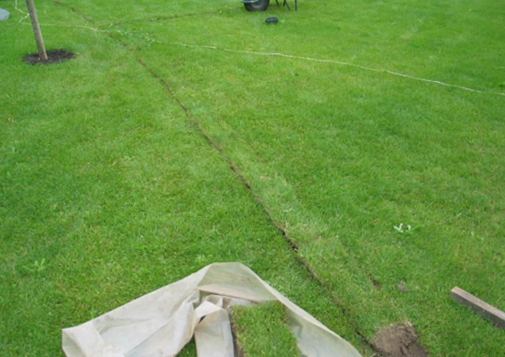 Засыпка траншей и укладка газона