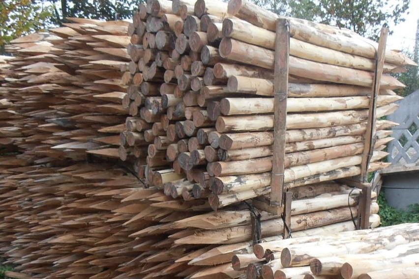 Деревянные колышки для будущей перголы
