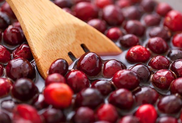 Несмотря на кислинку, натуральные сахара из ягод и добавки подсластителей в варенье делают его очень приятным на вкус.