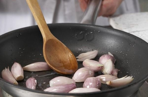 Этот лук имеет необычную форму, и охотно используется в изысканной кулинарии
